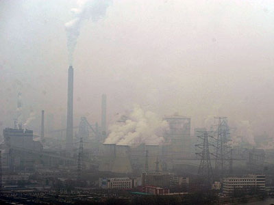Chimneys at a factory discharge smoke in heavy smog in Taiyuan, northern China's Shanxi province, Jan. 6, 2017.