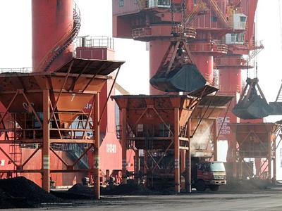 Coal is loaded into a truck at a port in Lianyungang, eastern China's Jiangsu province, Jan. 19, 2016.