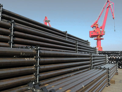 These steel pipes manufactured in China will be loaded onto ships for export to various countries from a port in Lianyungang, eastern China's Jiangsu province, Dec. 1, 2015.