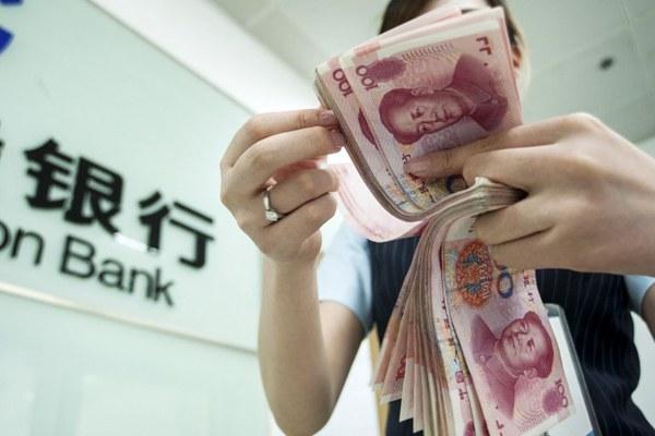 china-bank-clerk-counts-rmb-july22-2015.jpg