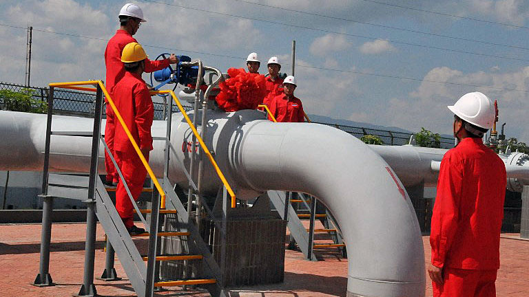 Chinese workers of China Petroleum and Chemical Corp. (Sinopec) install pipes at a natural gas gathering station in Puyang, central China's Henan province, July 31, 2016.