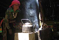 Nomad woman makes tea in her home. Photo: Palden Gyal/RFA.