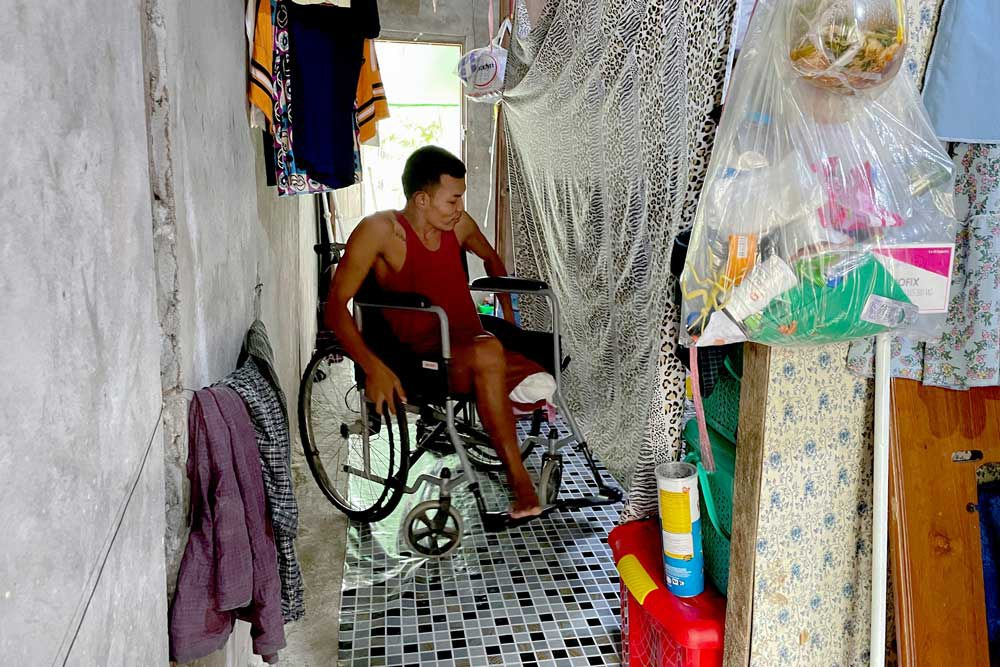 Maneuvering in his three-room home is one of the many things Ko Phyo has had to learn since losing his leg. (REUTERS)