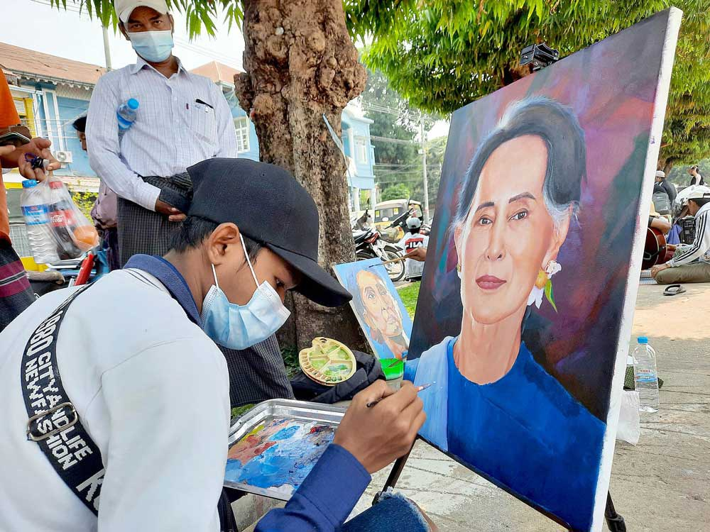 Artists in Mawlamyine in Mon State draw portraits of Aung San Suu Kyi to raise money to support members of the civil disobedience movement. (RFA)