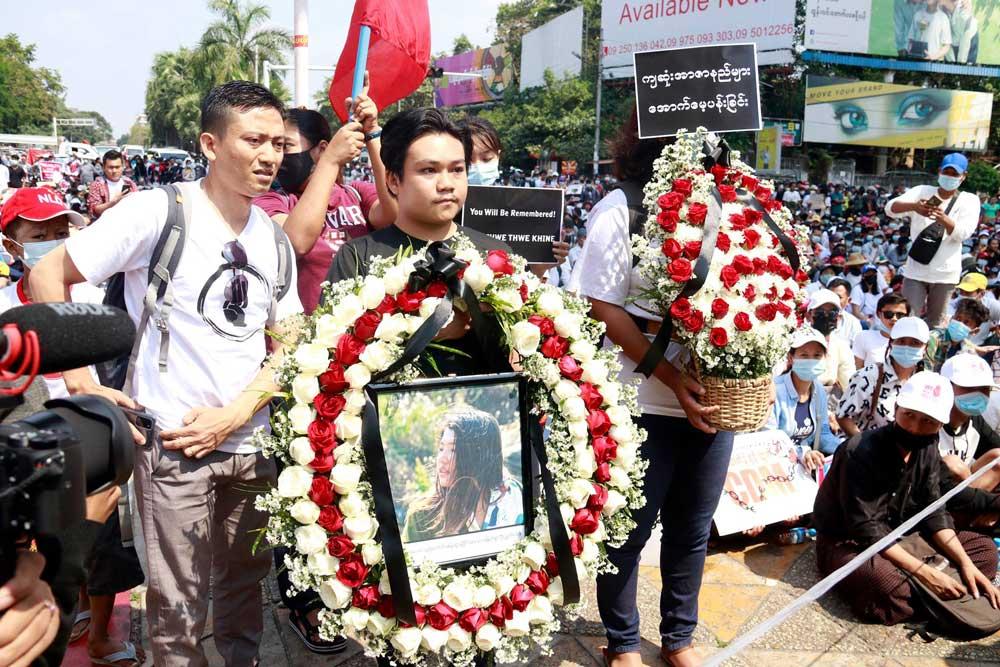 https://www.rfa.org/english/multimedia/myanmar-death-protest-gallery-02222021182753.html/myanmar_funeral022121_006.jpg