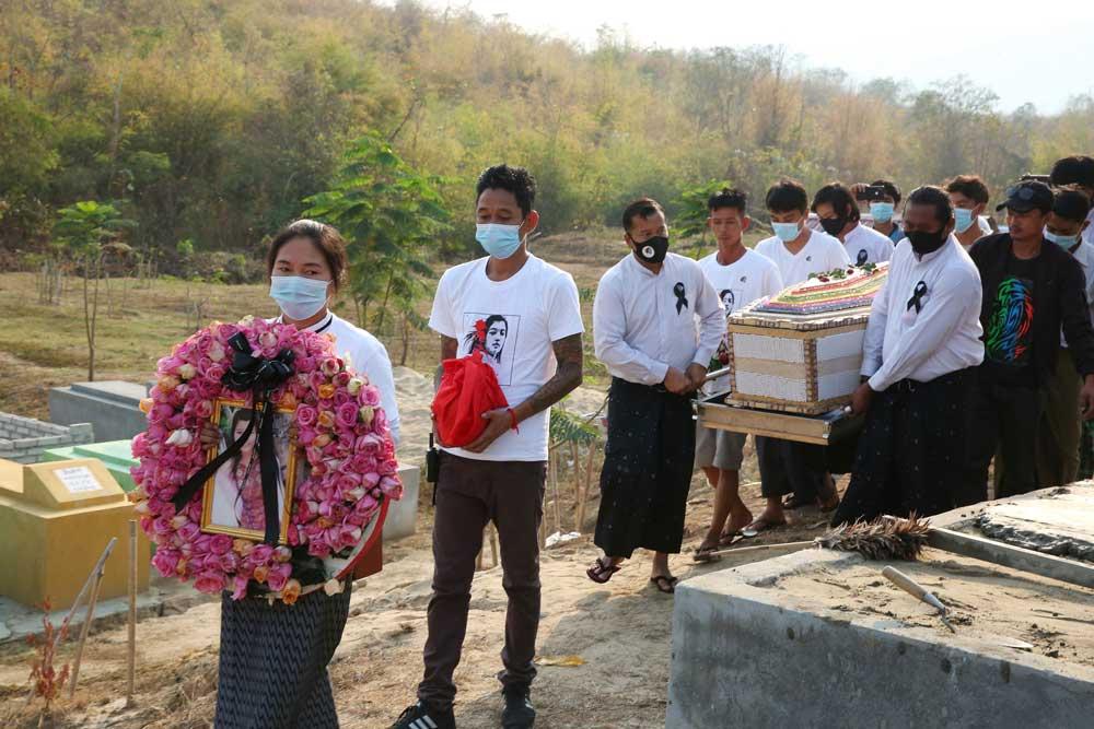 https://www.rfa.org/english/multimedia/myanmar-death-protest-gallery-02222021182753.html/myanmar_funeral022121_019.jpg