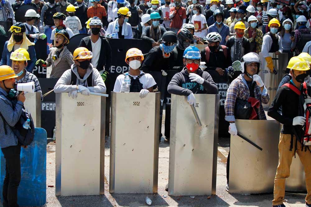 https://www.rfa.org/english/multimedia/myanmarprotestshieldsfromyangon-gallery-03052021112228.html/myanmarprotestshieldsfromyangon_007.jpg