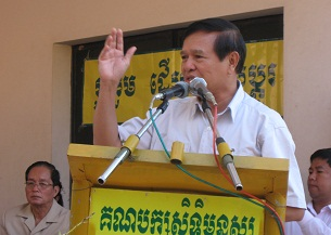 Kem Sokha addresses supporters at the meeting of the Cambodian Democratic Movement for National Rescue, July 30, 2012.