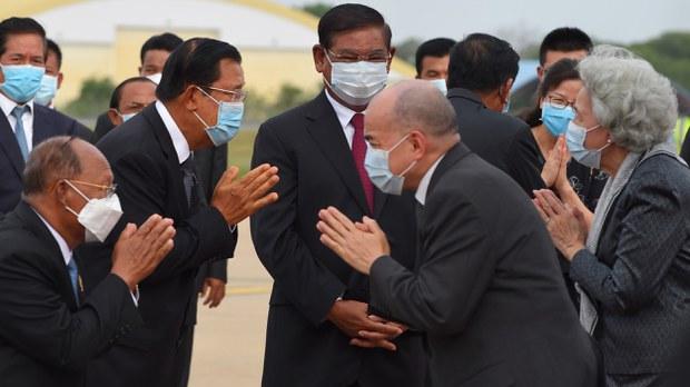 cambodia-king-norodom-sihamoni-return-greets-hun-sen-may-2020-crop.jpg