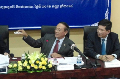 Ith Prang of Cambodia's Ministry of Mines and Energy defends the Areng dam project at a press conference in Phnom Penh, Sept. 30, 2014. (Photo: RFA)