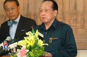 Foreign Minister Hor Namhong (r) speaks to reporters in Phnom Penh, Nov. 15, 2012. Credit: RFA.
