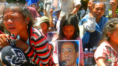 Supporters of Mam Sonando protest outside of the Phnom Penh Municipal Court, July 16, 2012. Credit: RFA