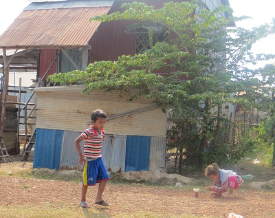 Children play in front of homes at the resettlement site in Phnom Bat, March 2014. Photo credit: RFA.