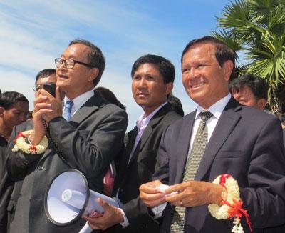 CNRP President Sam Rainsy (L) and Deputy President Kem Sokha (R) address supporters in Siem Reap, Sept. 22, 2013. Credit: RFA