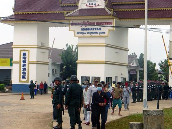 cambodia-garment-workers-strike-bavet-dec21-2015.jpg