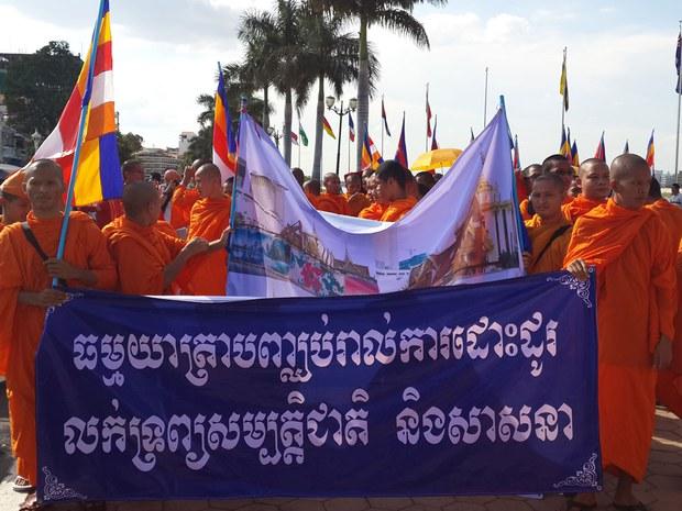 cambodia-monk-protest-casino-may-2014-resize.jpg