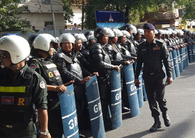 Riot police armed with batons and shields prepare to block marching protesters in Phnom Penh, May 29, 2014. Credit: RFA