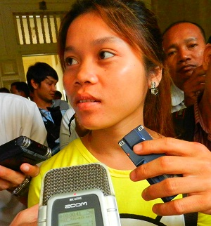 Keo Nea speaks to reporters after the Appeals Court announced its decision, Mar. 4, 2013. Photo credit: RFA.