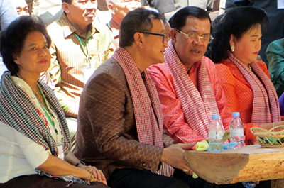 (From L-R) Sam Rainsy's wife Tioulong Saumura, Sam Rainsy, Hun Sen and Hun Sen's wife Bun Rany watch a performance in Siem Reap province, April 14, 2015. Credit: RFA
