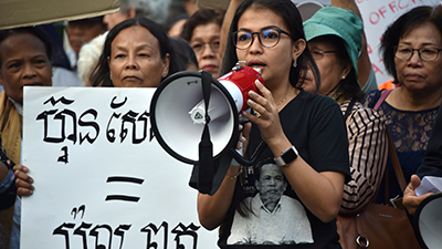 Bou Rachana, the wife of murdered Cambodian political analyst Kem Ley, speaks to Cambodian-Australians protesting the presence of Cambodia's Prime Minister Hun Sen at an ASEAN summit in Sydney, March 16, 2018. Credit: AFP