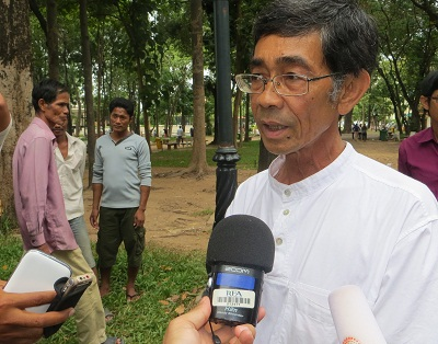 Prince Sisowatch Thomico speaks to reporters after starting his hunger strike near Wat Phnom in Phnom Penh, Sept. 20, 2013. Photo credit: RFA.