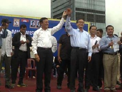 CNRP President Sam Rainsy (r) and deputy chief Kem Sokha (l) address supporters a the rally in Phnom Penh's Freedom Park, Oct. 6, 2013. Photo credit: RFA.