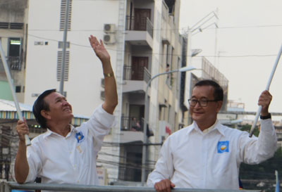 CNRP leaders Sam Rainsy and Kem Sokha lead a campaign for council elections in Phnom Penh, May 2, 2014. Credit: RFA