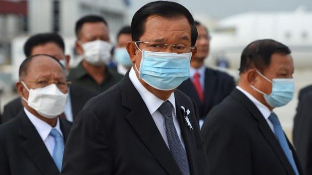 cambodia-hun-sen-face-mask-greeting-king-may-2020-crop.jpg