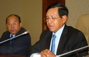 Cambodian Ministry of the Interior's Secretary of State Prum Sokha (r) speaks about the National Election Committee at a press conference in Phnom Penh, Sept. 20, 2012.