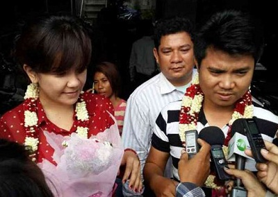 Tut Chanpanha (r) and Sok Dalis (l) speak to reporters in Phnom Penh after their release, Aug. 20, 2013. Photo credit: RFA.