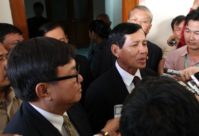CNRP's Son Chhay (l) and the CPP's Prum Sokha (r) speak to reporters after talksheld at the National Assembly building, Aug. 20, 2013. Photo credit: RFA.