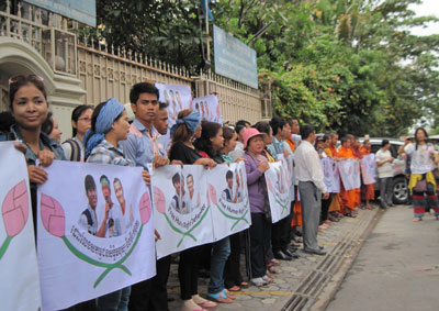 Activists display banners calling for the release of detainees in front of the UN Human Rights Office in Phnom Penh, Jan. 13, 2014. Credit: RFA