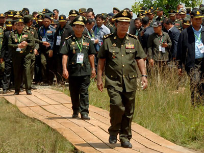 Cambodian Prime Minister Hun Sen (C) walks toward to the Cambodia-Vietnam border during the 40th anniversary of his decision to defect from the Khmer Rouge army and cross into Vietnam, in central Cambodia's Tboung Khmum province, June 21, 2107.