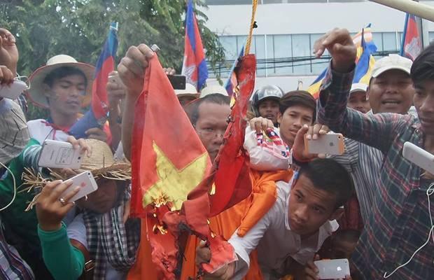 cambodia-flag-burning-aug-2014.jpg