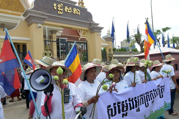 cambodia-land-rights-activists-protest-oct6-2014.jpg
