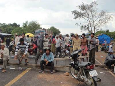 Villagers block the national road from Kratie to Mondulkiri, Jan. 18, 2012.