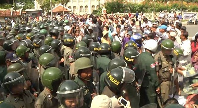 Land activists from Boeung Kak, Borei Keila, and Thmor Korl clash with police near City Hall in Phnom Penh, Oct. 30, 2013. Photo credit: RFA.