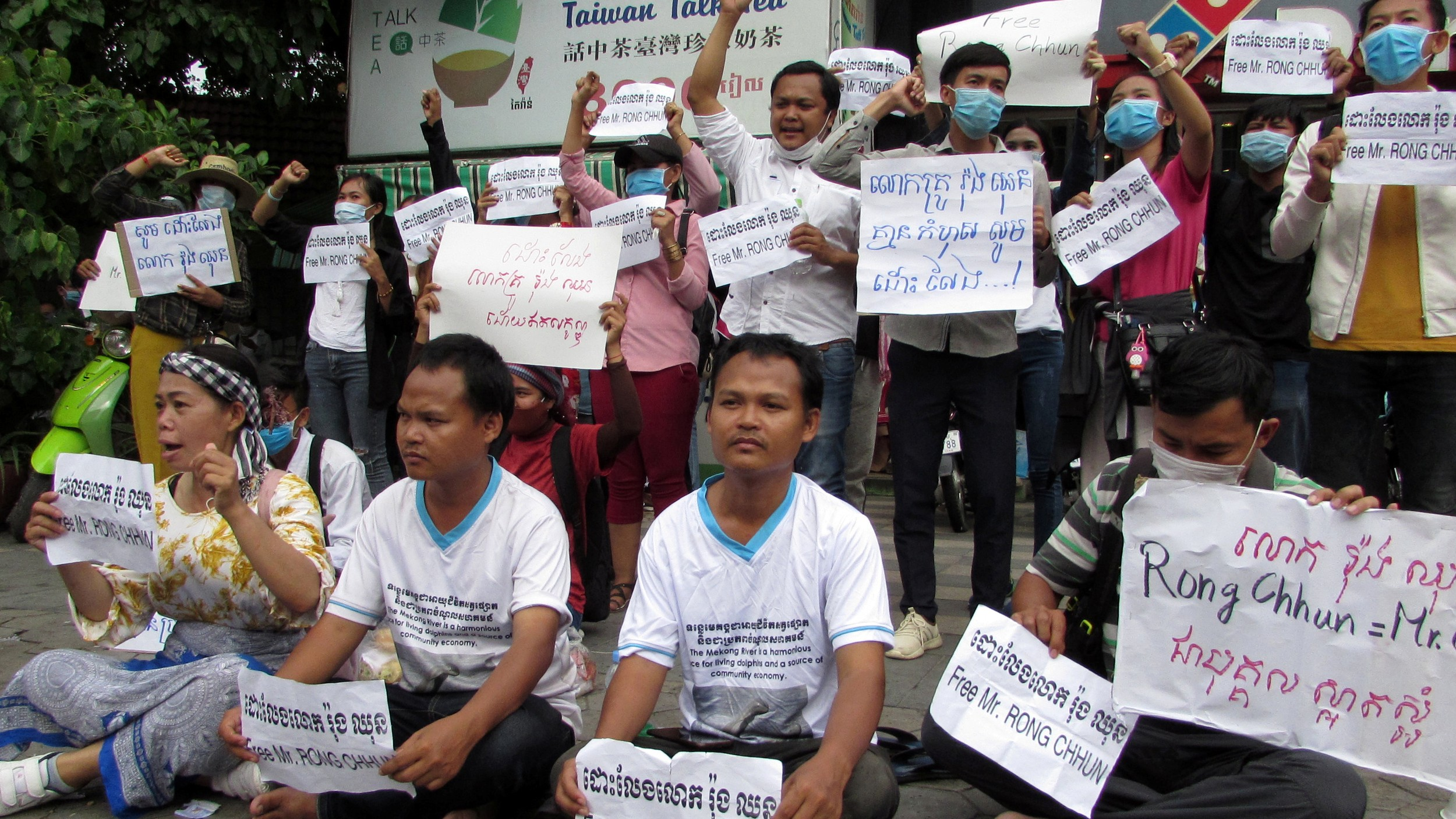 Supporters urge the government to release and drop charges against union leader Rong Chhun at a protest in Phnom Penh, Aug. 3, 2020.