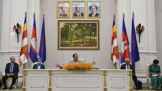 cambodia-hun-sen-peace-palace-with-advisors-april-2020.jpg