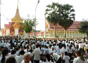 Mourners gather to pay their last respects to former King Norodom Sihanouk in Phnom Penh, Feb. 4, 2013.