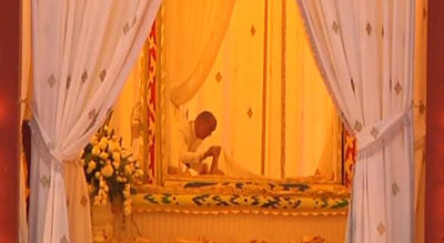 King Norodom Sihamoni views his father's body one last time before the cremation ceremony, Feb. 4, 2013. Credit: RFA