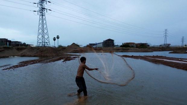 cambodia-fisherman-lake-phnom-penh-aug-2018-crop.jpg