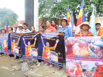 Villagers and activists rally their support for Loun Sovath outside the courthouse in Phnom Penh, Nov. 25, 2014.     Credit: RFA