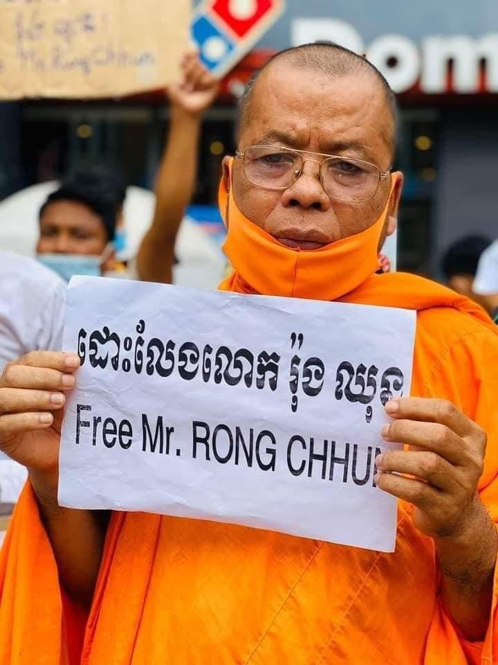 Sim Sovandy at a protest calling for the release of Rong Chhun in Phnom Penh, Aug. 4, 2020.
