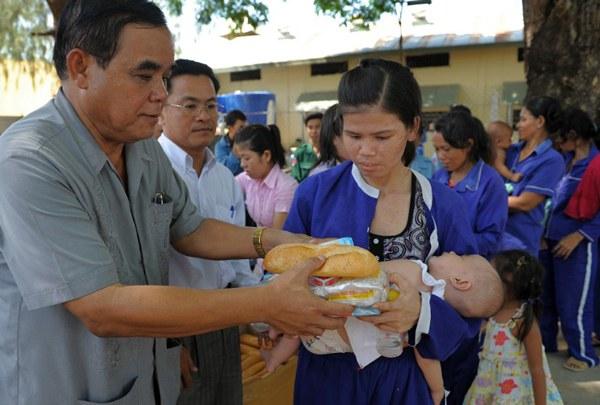 cambodia-jailed-woman-and-child-june1-2010.jpg
