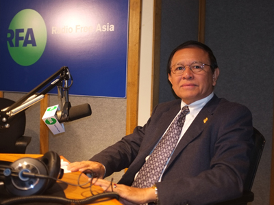 CNRP vice president Kem Sokha takes calls from listeners at RFA's headquarters in Washington, D.C., March 19.  Credit: RFA