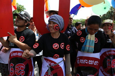 Activists protest against the draft NGO law outside the National Assembly in Phnom Penh, July 13, 2015. Credit: RFA