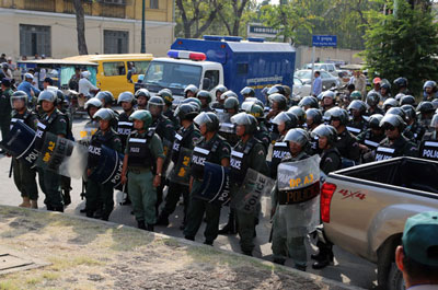 Anti-riot police officers are deployed to stop activists from marching to Freedom Park in Phnom Penh, Jan. 20, 2015. Credit: RFA