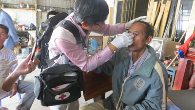 A medic treats a protester suffering from a facial wound, Jan. 27, 2014. Credit: RFA