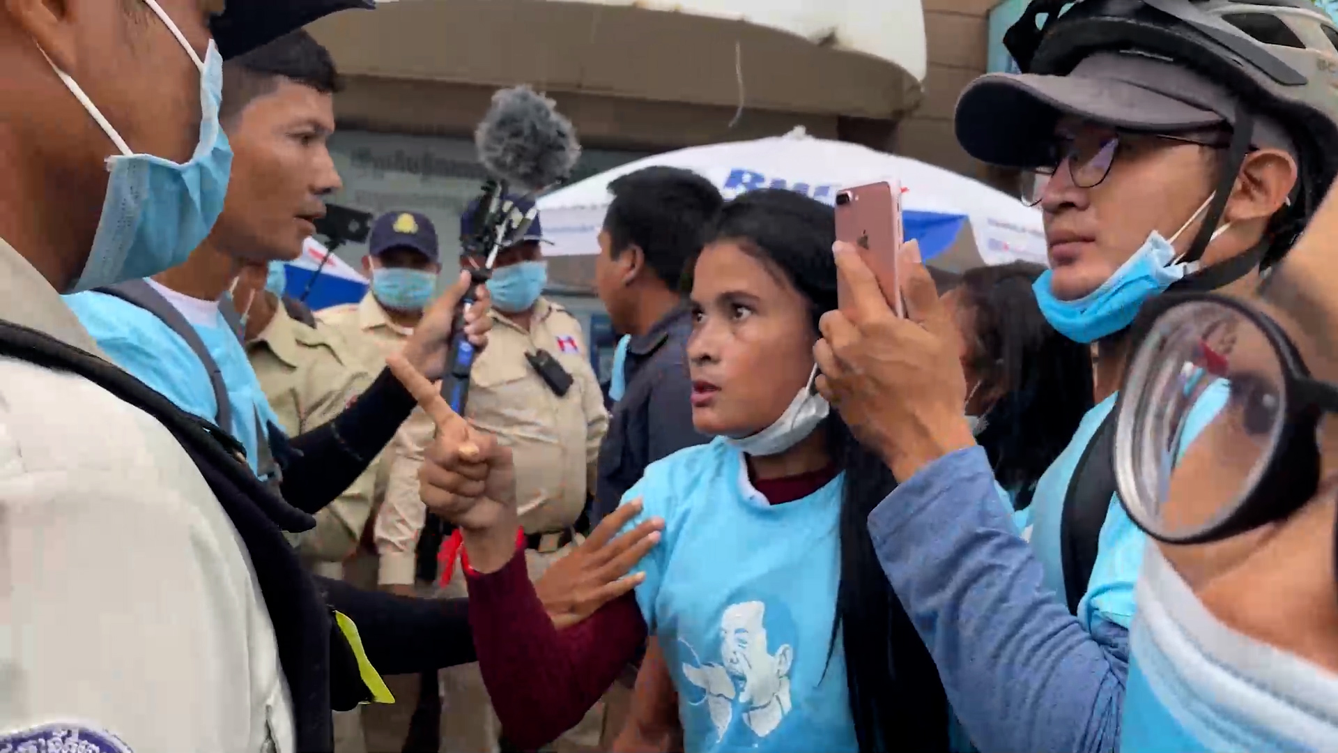 Cambodian police confront Khmer Thavarak protesters demanding the release of Rong Chhun in front of the Phnom Penh Municipal Courthouse in Phnom Penh, Aug. 13, 2020.